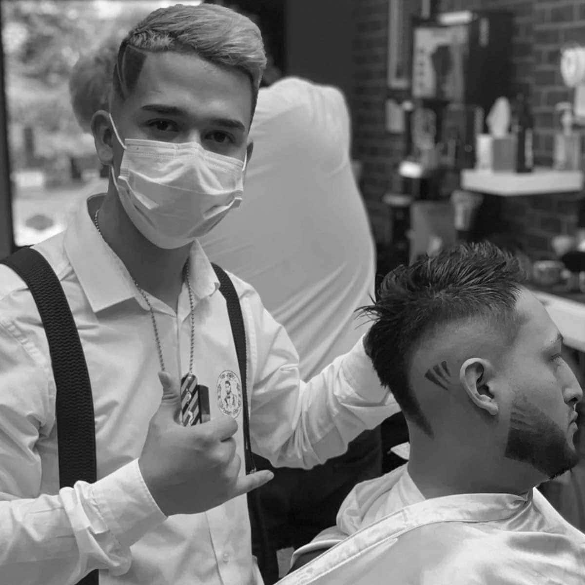 Diseño de raya con navaja en la barbería YB New Style Barber Shop Madrid