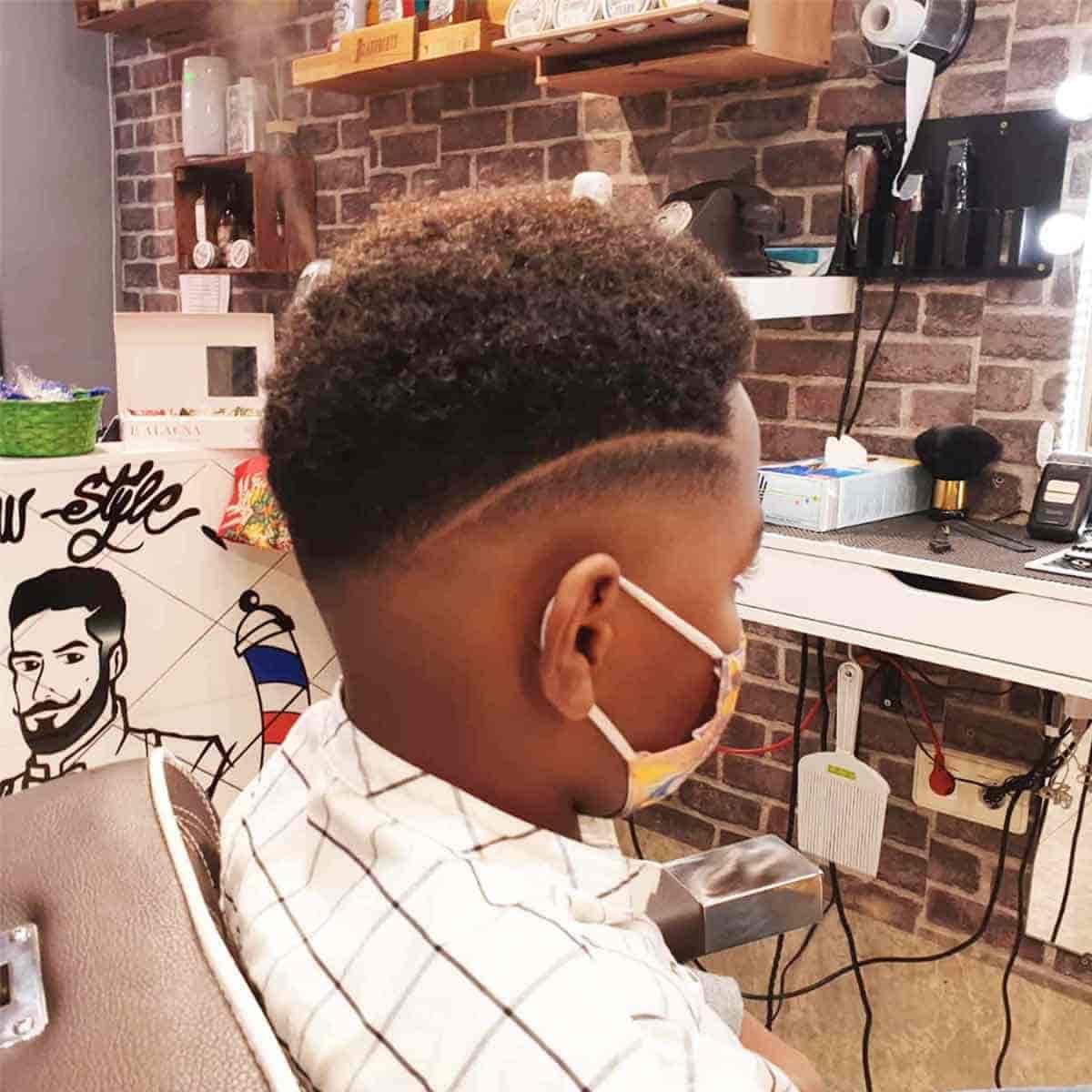 Servicio de corte de pelo degradado con raya al lado en la barbería YB New Style Barber Shop